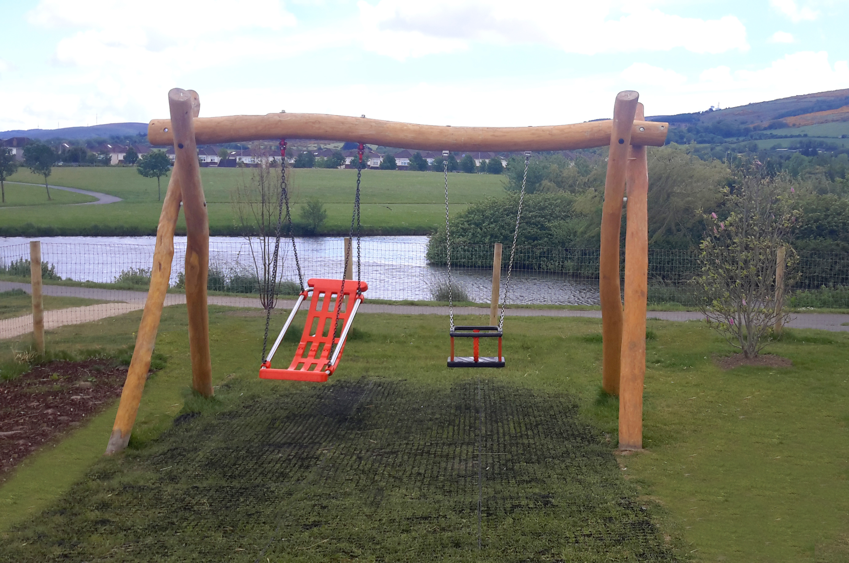 Swing with 1 flat seat and 1 DDA seats, h=2.0m - 4.002.07