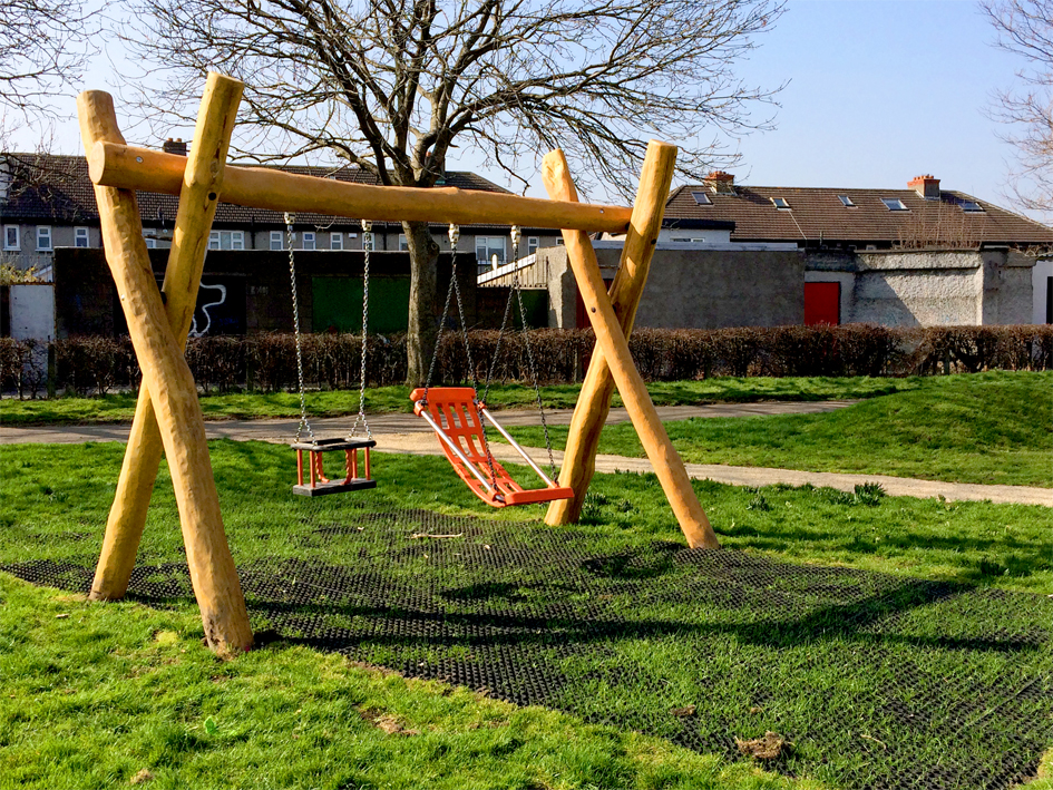 Swing with 1 flat seat and 1 DDA seats, h=2.0m - 4.002.06